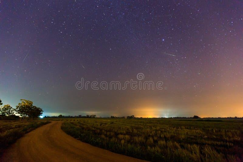 Μετεωρίτης Geminid στον έναστρο νυχτερινό ουρανό στοκ εικόνα