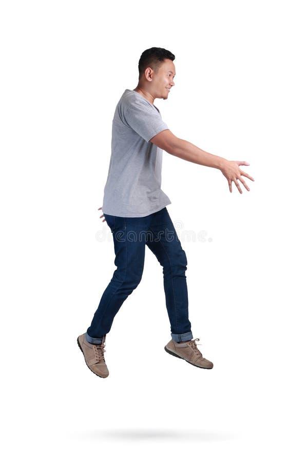 μετεωρισμός Περπάτημα νεαρών άνδρων που πηδά στον αέρα στοκ φωτογραφία με δικαίωμα ελεύθερης χρήσης