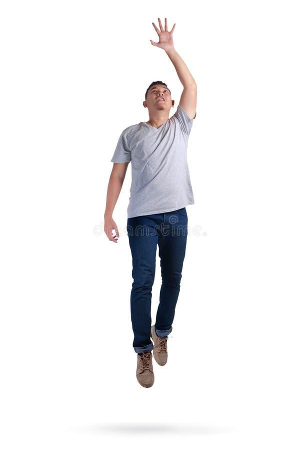 μετεωρισμός Περπάτημα νεαρών άνδρων που πηδά στον αέρα στοκ φωτογραφία