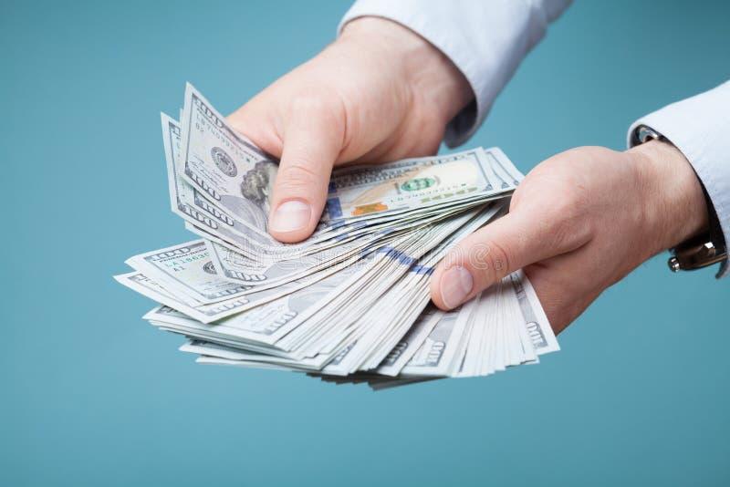 Μετρητά χρημάτων αρίθμησης ατόμων στο χέρι του Η χρηματοδότηση, αποταμίευση, μισθός και δίνει την έννοια στοκ εικόνα