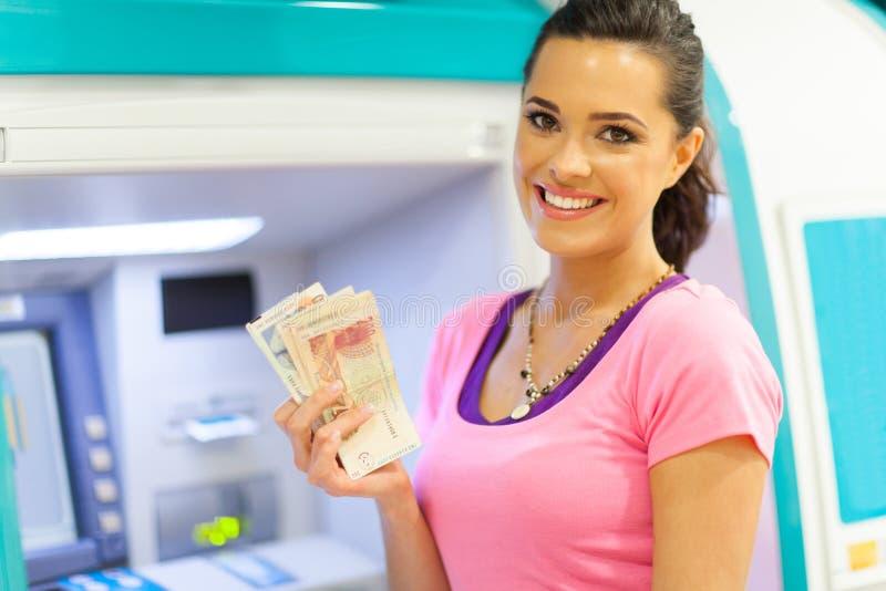 Μετρητά ATM γυναικών στοκ φωτογραφία