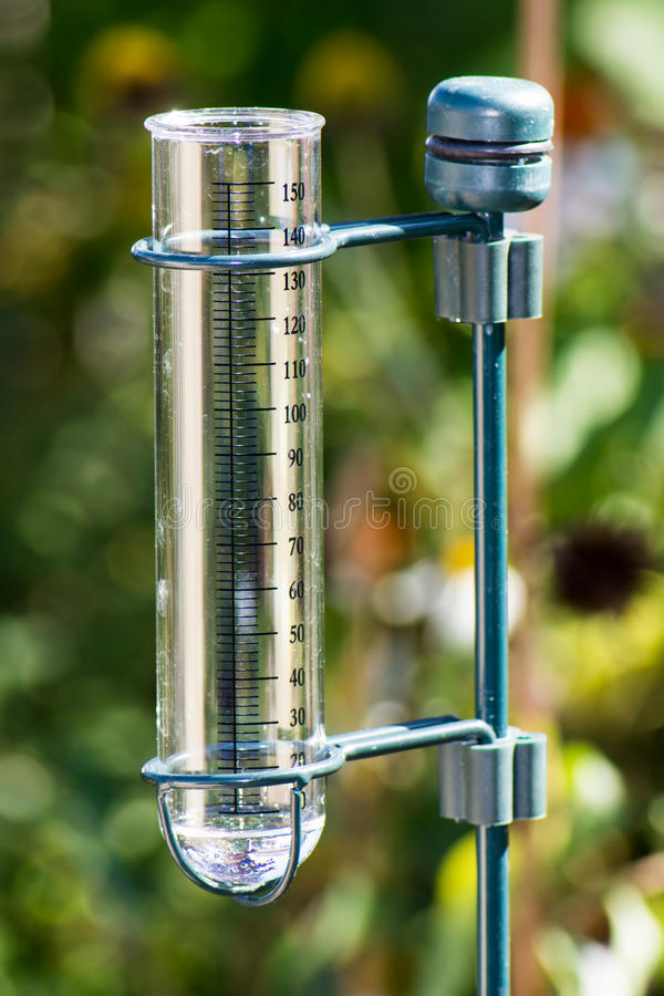 Μετρητής βροχής στον κήπο στοκ εικόνες