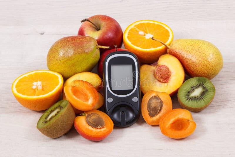 Μετρητής γλυκόζης για το επίπεδο ζάχαρης και τα φρέσκα θρεπτικά φρούτα στοκ φωτογραφίες με δικαίωμα ελεύθερης χρήσης