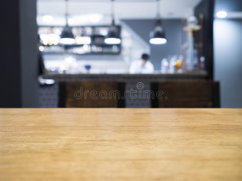 Μετρητής επιτραπέζιων κορυφών με την κουζίνα Blurrd και αρχιμάγειρας στο υπόβαθρο στοκ εικόνες