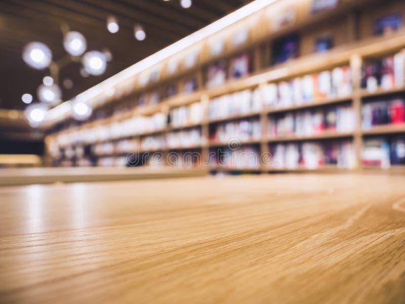 Μετρητής επιτραπέζιων κορυφών με το υπόβαθρο βιβλιοπωλείων ραφιών θαμπάδων στοκ φωτογραφίες με δικαίωμα ελεύθερης χρήσης