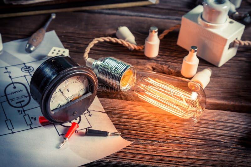 Μετρητής και ηλεκτρική λάμπα φωτός στο εργαστήριο στοκ φωτογραφία