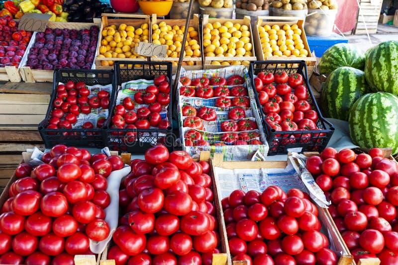 Μετρητής καταστημάτων φρούτων και λαχανικών οδών με τα κλουβιά στοκ εικόνες
