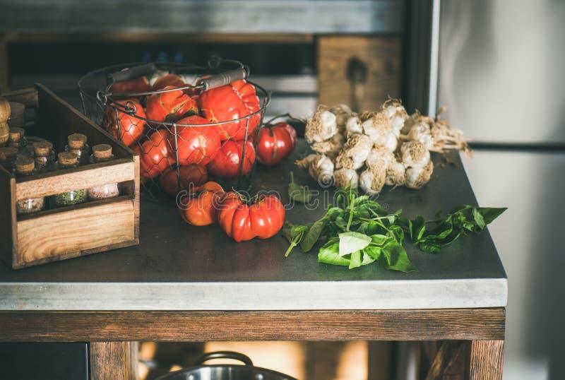 Μετρητής κουζινών με τα συστατικά για το μαγείρεμα της σάλτσας ντοματών ή των ζυμαρικών στοκ εικόνες