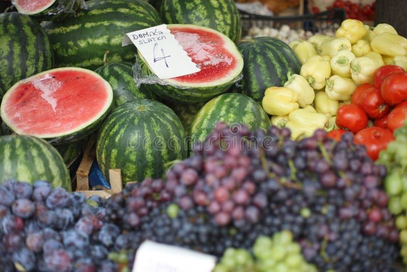 Μετρητής λαχανικών και φρούτων στην αγορά γεωργικών προϊόντων στοκ φωτογραφίες