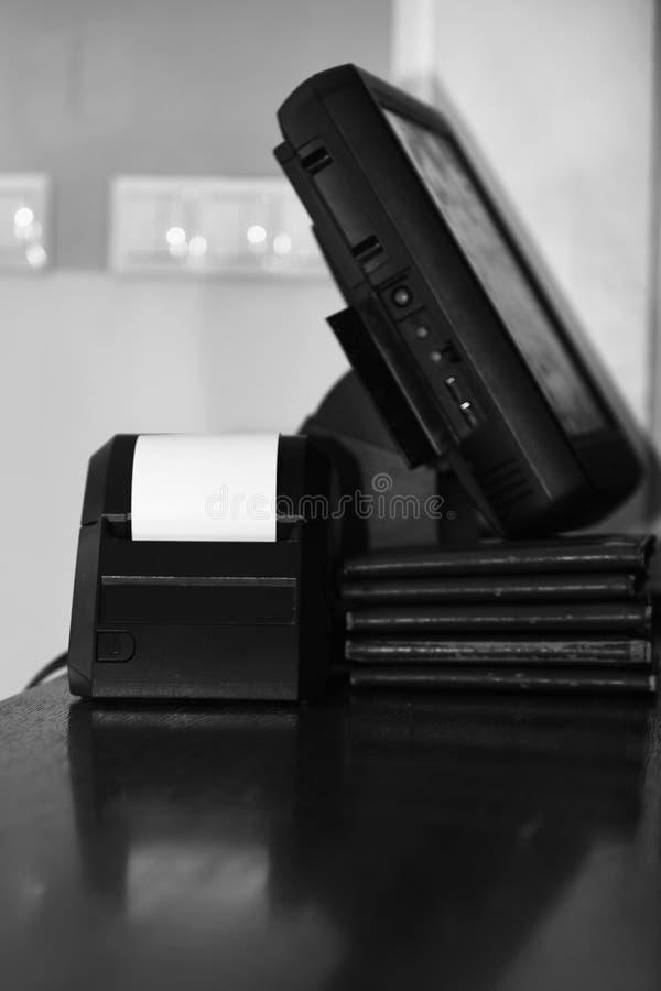 Μετρητής μετρητών και μηχανή ταμιών στον πίνακα στοκ φωτογραφία με δικαίωμα ελεύθερης χρήσης