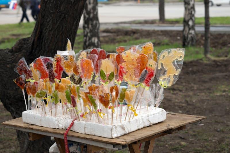 Μετρητής με τα σπιτικά ζωηρόχρωμα lollipops για τις εμπορικές συναλλαγές στην οδό στοκ εικόνα με δικαίωμα ελεύθερης χρήσης