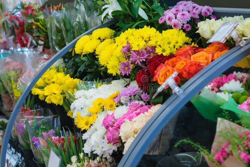 Μετρητής με τις ανθοδέσμες των λουλουδιών στο κατάστημα στοκ εικόνες με δικαίωμα ελεύθερης χρήσης