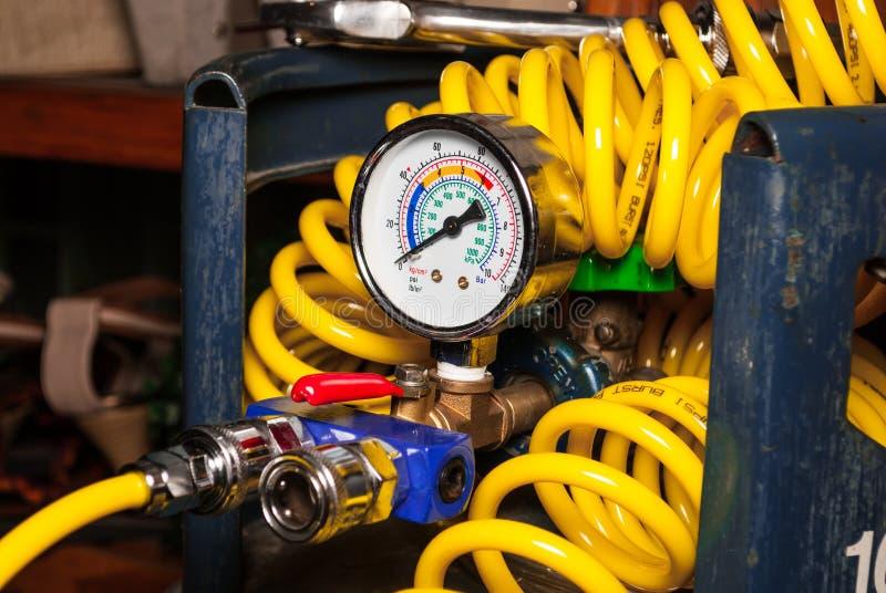 Μετρητής πίεσης στην κενή δεξαμενή αέρα με το σπειροειδή αεροσωλήνα στοκ εικόνα