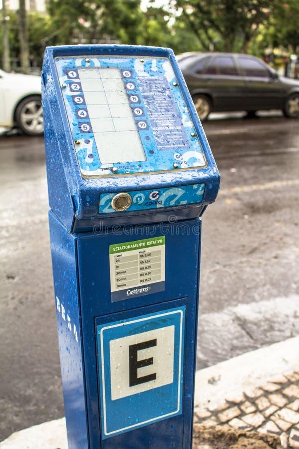 μετρητής στάθμευσης για περιστρεφόμενη στάθμευση σε δρόμο στο κέντρο του Cascavel, στοκ εικόνα