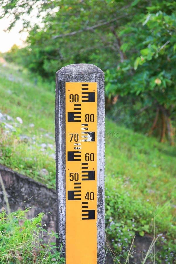 Μετρητής σταθμών ύδατος κίτρινος στην όχθη ποταμού φραγμάτων στοκ φωτογραφίες με δικαίωμα ελεύθερης χρήσης