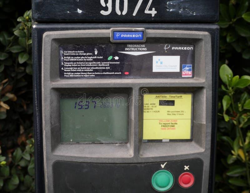 Μετρητής χώρων στάθμευσης στο Δουβλίνο, Ιρλανδία με τις οδηγίες στην αγγλική και ιρλανδική γλώσσα στοκ εικόνες με δικαίωμα ελεύθερης χρήσης