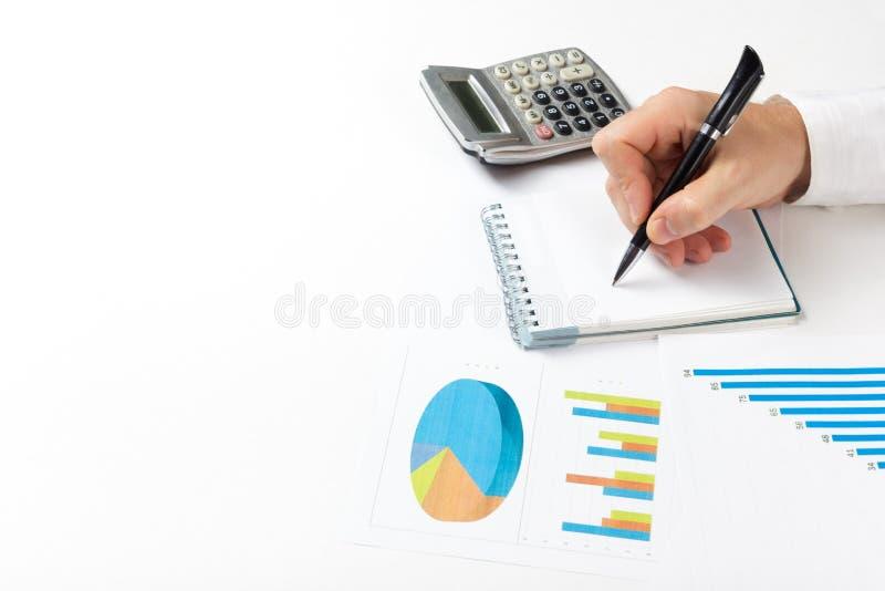 Μετρώντας απώλειες και κέρδος επιχειρηματιών που λειτουργούν με τις στατιστικές, ανάλυση οικονομική τα αποτελέσματα για το άσπρο  στοκ εικόνα με δικαίωμα ελεύθερης χρήσης