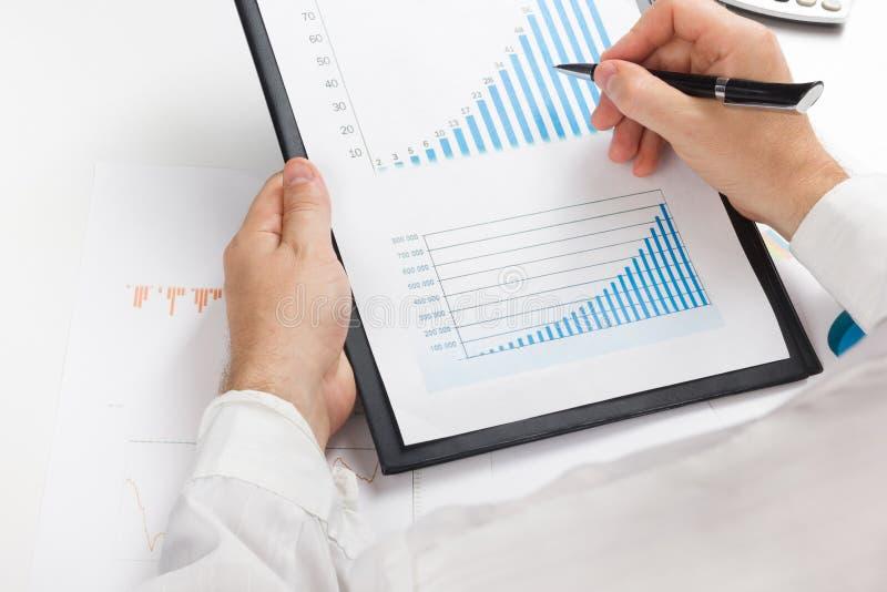 Μετρώντας απώλειες και κέρδος επιχειρηματιών που λειτουργούν με τις στατιστικές, ανάλυση οικονομική τα αποτελέσματα για το άσπρο  στοκ εικόνα