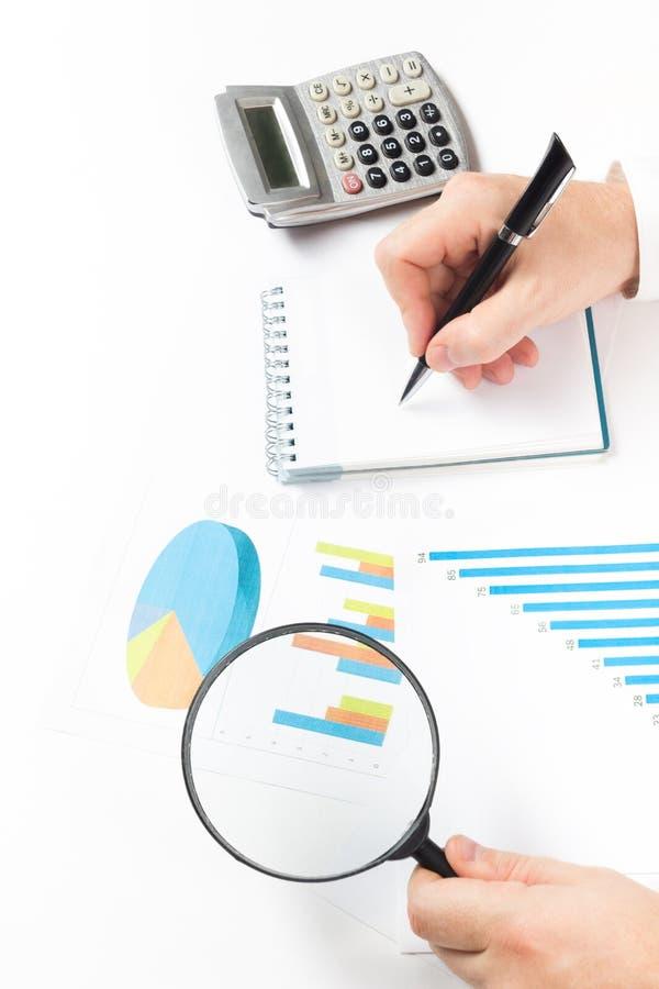 Μετρώντας απώλειες και κέρδος επιχειρηματιών που λειτουργούν με τις στατιστικές, ανάλυση οικονομική τα αποτελέσματα για το άσπρο  στοκ εικόνες