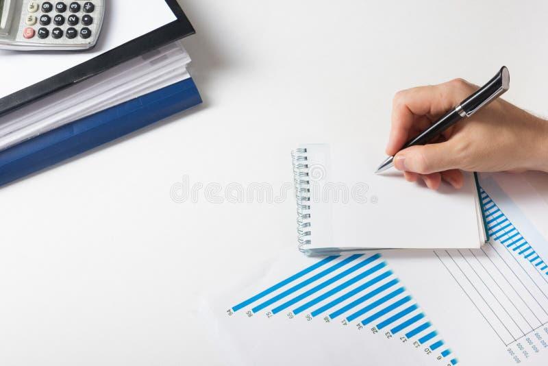 Μετρώντας απώλειες και κέρδος επιχειρηματιών που λειτουργούν με τις στατιστικές, ανάλυση οικονομική τα αποτελέσματα για το άσπρο  στοκ εικόνες με δικαίωμα ελεύθερης χρήσης