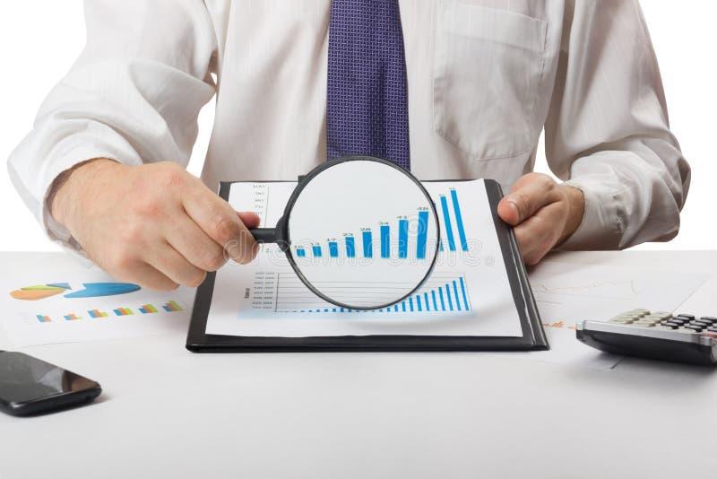 Μετρώντας απώλειες και κέρδος επιχειρηματιών που λειτουργούν με τις στατιστικές, ανάλυση οικονομική τα αποτελέσματα για το άσπρο  στοκ φωτογραφία με δικαίωμα ελεύθερης χρήσης