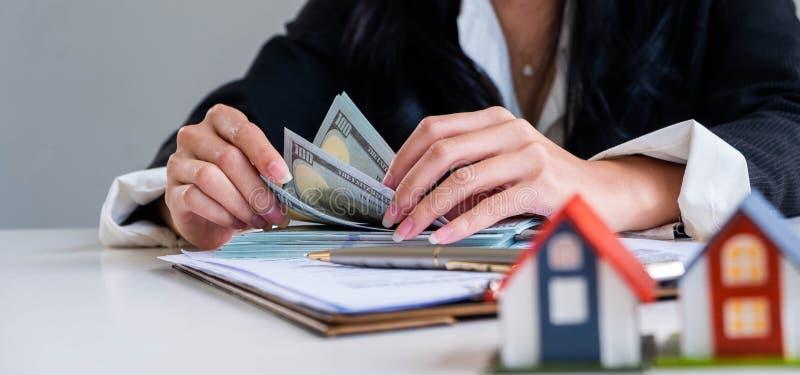 Μετρώντας λογαριασμός αμερικανικών δολαρίων επιχειρηματιών στοκ εικόνα