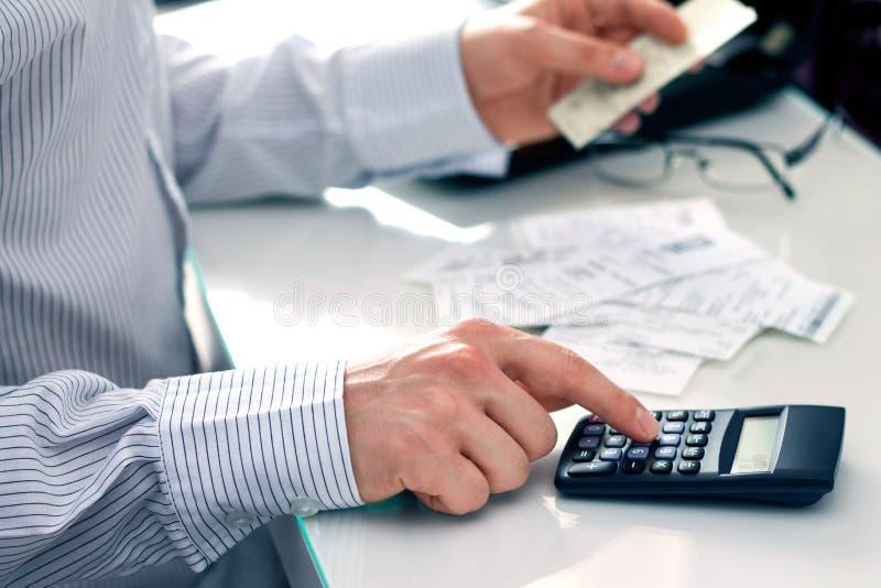 Μετρώντας λογαριασμοί επιχειρηματιών στοκ εικόνες με δικαίωμα ελεύθερης χρήσης