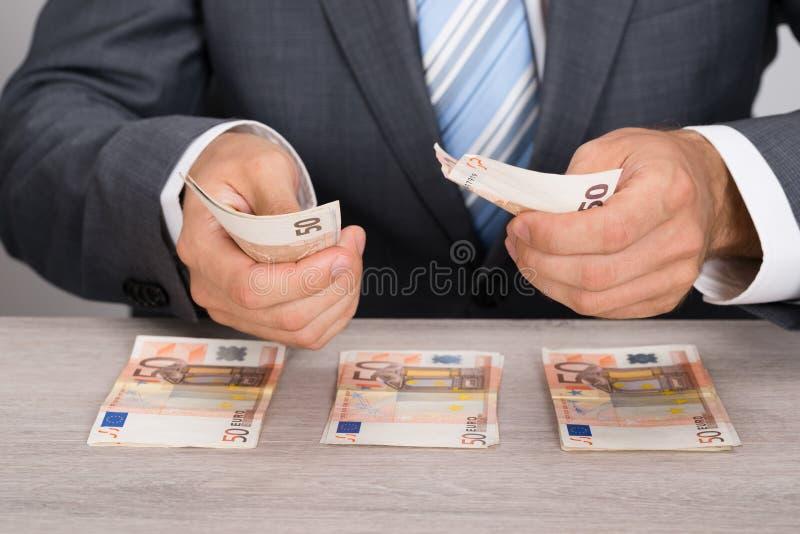 μετρώντας χρήματα επιχειρηματιών στοκ φωτογραφία με δικαίωμα ελεύθερης χρήσης