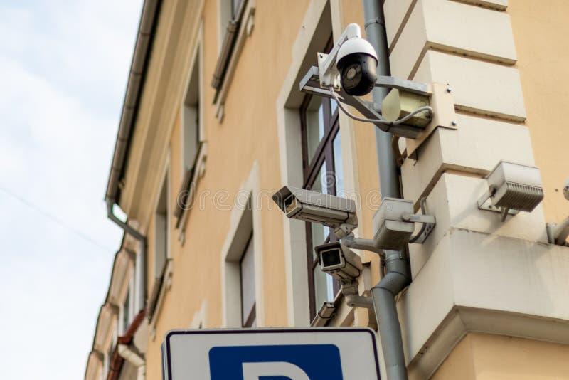 Μετωπική άποψη τριών κάμερων ασφαλείας σχετικά με την οικοδόμηση του  στοκ φωτογραφία με δικαίωμα ελεύθερης χρήσης