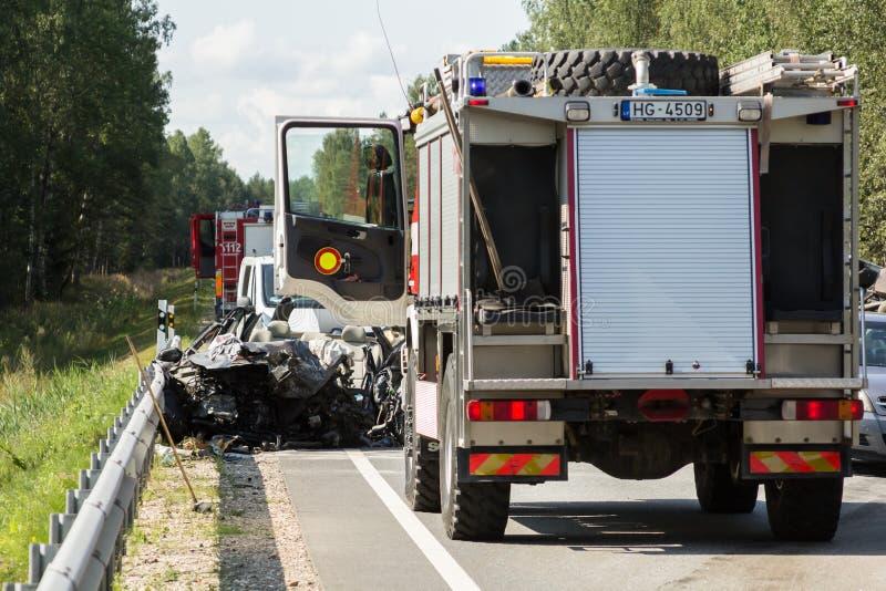 μετωπική σύγκρουση της VOLVO και του φορτηγού με το βυτιοφόρο για τη μεταφορά της βενζίνης , στη Λετονία στο A9 δρόμο, στις 17 Αυ στοκ φωτογραφία