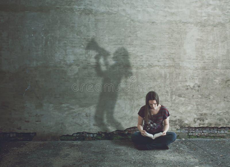 Μελέτη της Βίβλου στη σιωπή στοκ φωτογραφίες