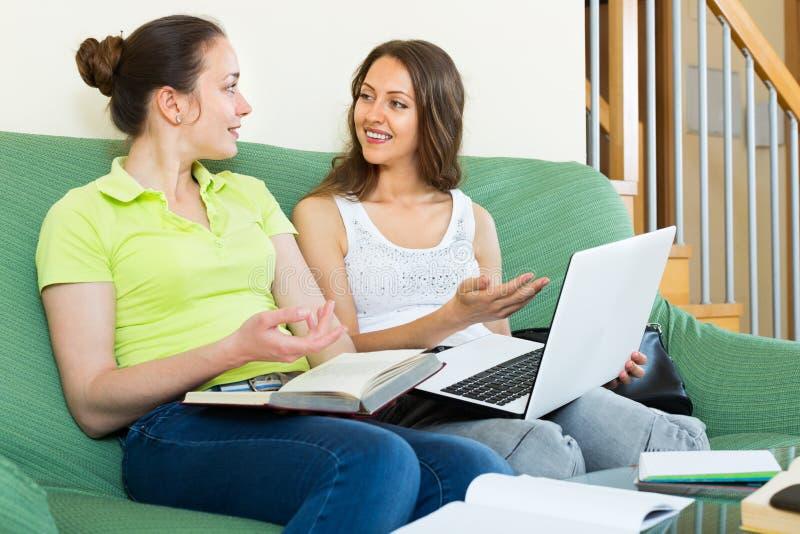 Μελέτη δύο νέα θετική κοριτσιών στοκ φωτογραφίες με δικαίωμα ελεύθερης χρήσης
