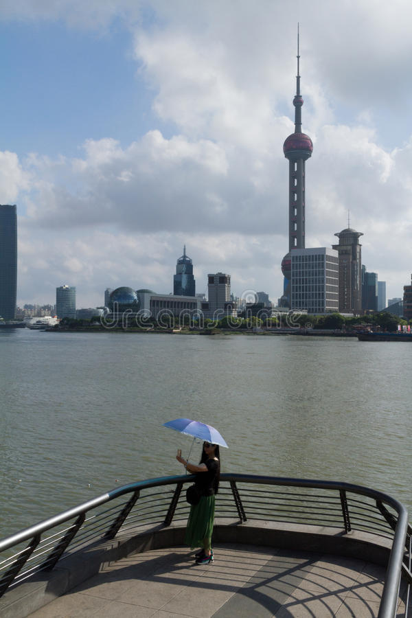 Μελαγχολική ημέρα selfie στο φράγμα της Σαγκάη στοκ εικόνα