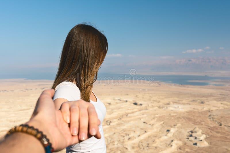 Με ακολουθήστε έννοια νέα γυναίκα που φαίνεται η έρημος στο Ισραήλ στοκ φωτογραφία με δικαίωμα ελεύθερης χρήσης