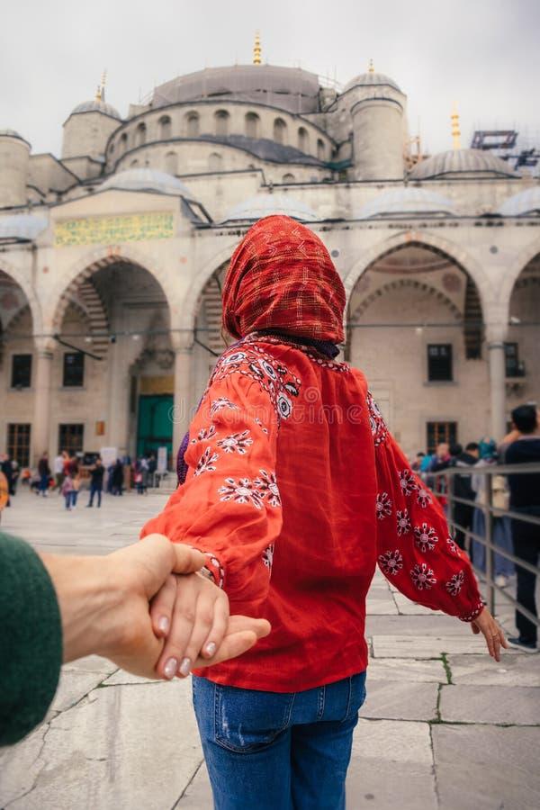 Με ακολουθήστε έννοια ταξιδιού στη Ιστανμπούλ κοντά στο μουσουλμανικό τέμενος της Aya Sofia, Τουρκία στοκ εικόνα με δικαίωμα ελεύθερης χρήσης