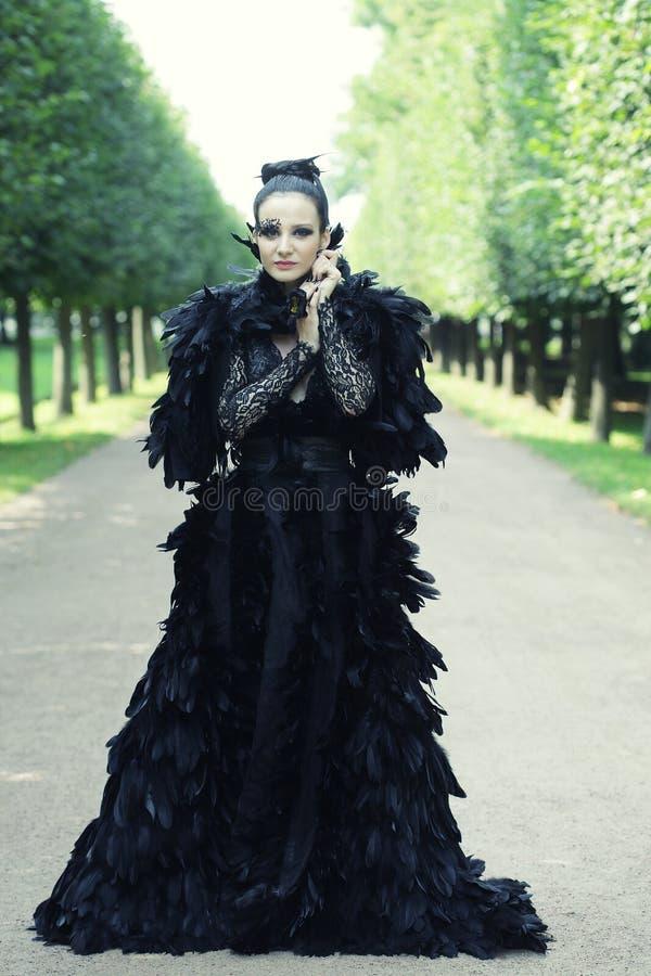 Μελαχροινή βασίλισσα στο πάρκο στοκ φωτογραφίες
