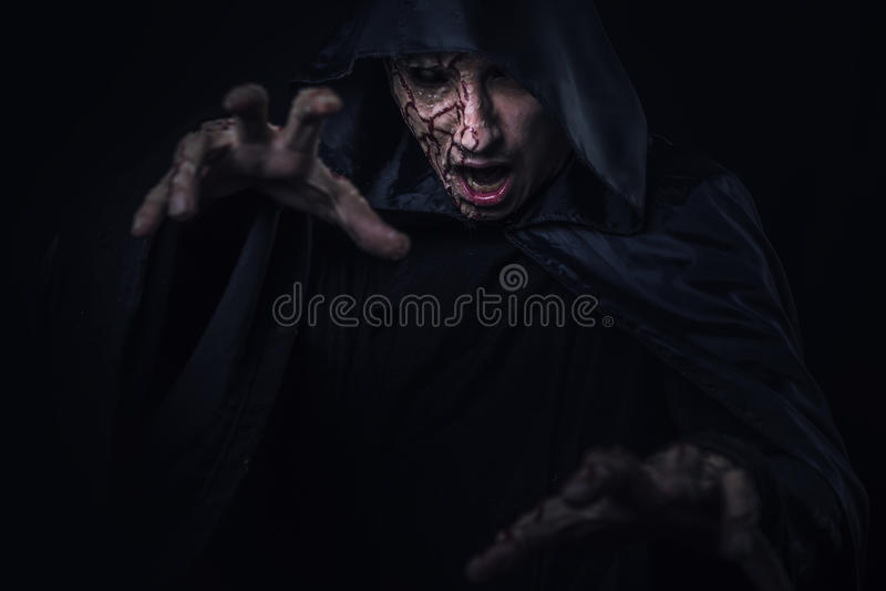 Μελαχροινός warlock που πετά μια περίοδο στοκ εικόνα