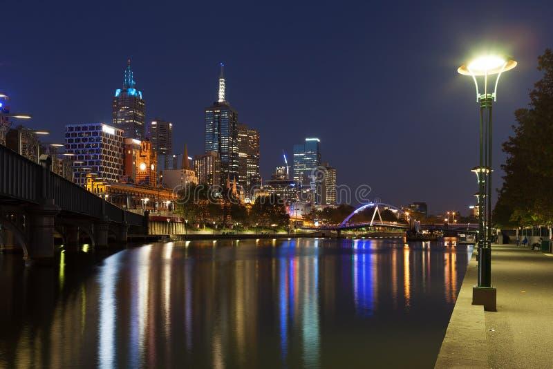 Μελβούρνη CBD nightscape με τη γέφυρα για πεζούς και Flinders Southbank στοκ φωτογραφία