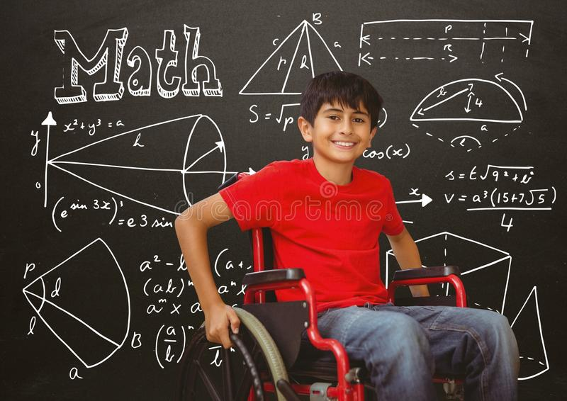 Με ειδικές ανάγκες αγόρι στην αναπηρική καρέκλα μπροστά από τον πίνακα με τις εξισώσεις math στοκ φωτογραφία