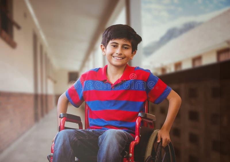Με ειδικές ανάγκες αγόρι στην αναπηρική καρέκλα στο σχολικό διάδρομο στοκ φωτογραφία