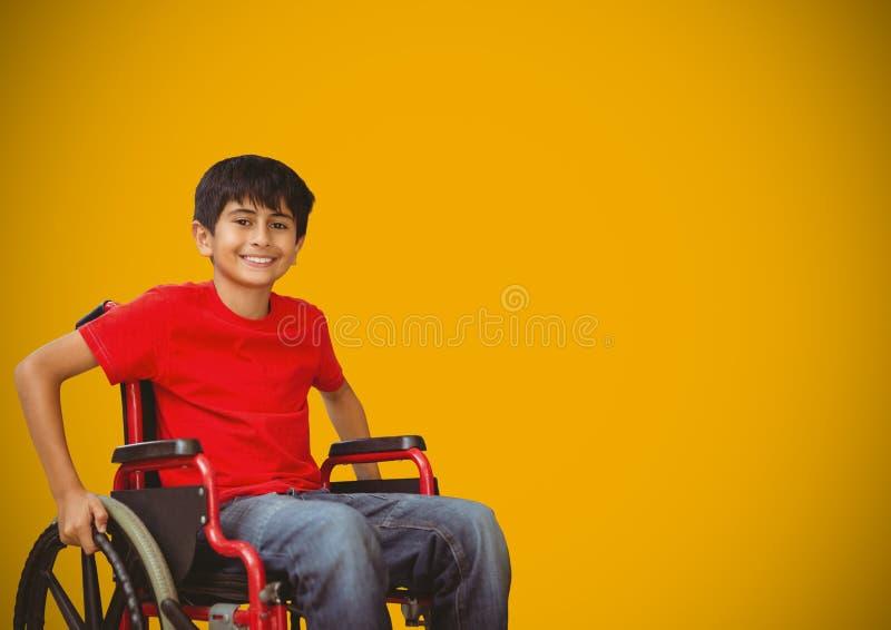 Με ειδικές ανάγκες αγόρι στην αναπηρική καρέκλα με το κίτρινο υπόβαθρο στοκ φωτογραφίες με δικαίωμα ελεύθερης χρήσης