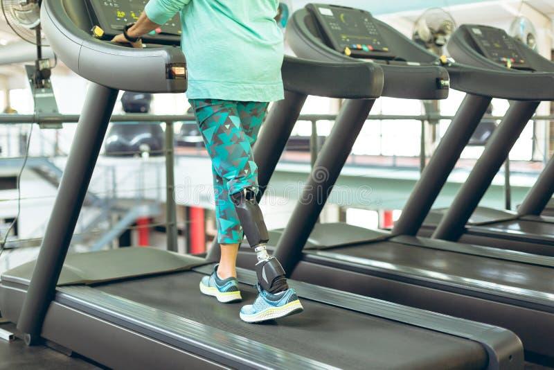 Με ειδικές ανάγκες ενεργός ανώτερη γυναίκα που ασκεί treadmill στο στούντιο ικανότητας στοκ εικόνες με δικαίωμα ελεύθερης χρήσης