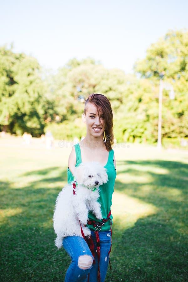 Με ειδικές ανάγκες νέα γυναίκα με το σκυλί στοκ εικόνες