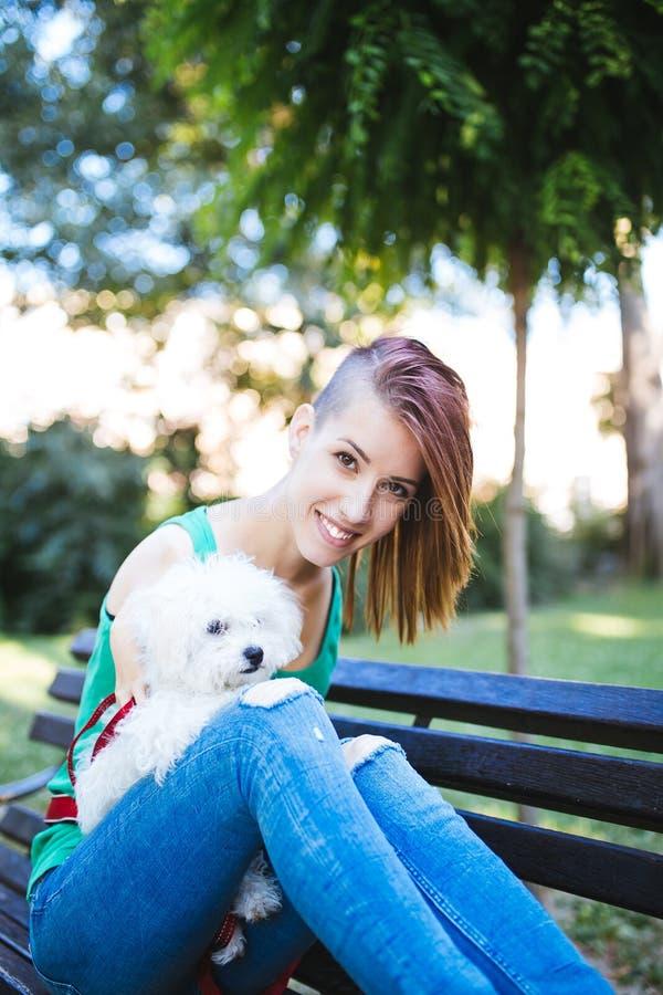 Με ειδικές ανάγκες νέα γυναίκα με το σκυλί στοκ φωτογραφίες με δικαίωμα ελεύθερης χρήσης