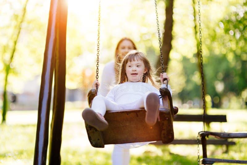 Με ειδικές ανάγκες παιδί που απολαμβάνει την ταλάντευση στοκ φωτογραφία με δικαίωμα ελεύθερης χρήσης