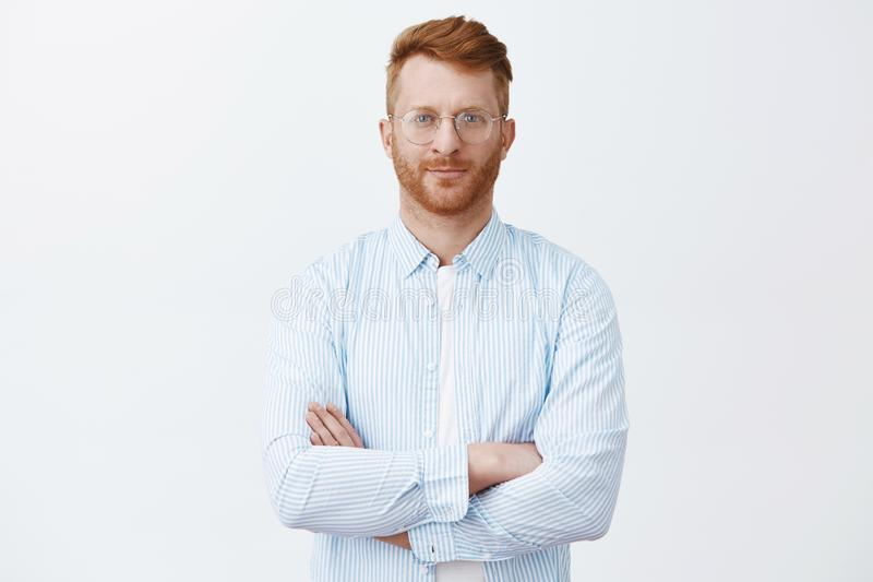 Με εμπιστευθείτε, είμαι επαγγελματικός Καθορισμένου όμορφος τακτοποιημένος αρσενικός redhead στα γυαλιά και το πουκάμισο, που κρα στοκ φωτογραφία με δικαίωμα ελεύθερης χρήσης
