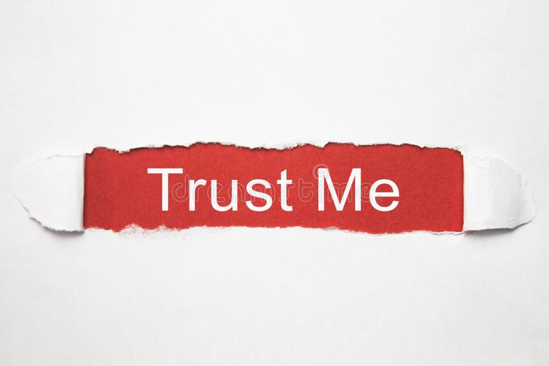 Με εμπιστευθείτε λέξη σε σχισμένο χαρτί στοκ φωτογραφία με δικαίωμα ελεύθερης χρήσης