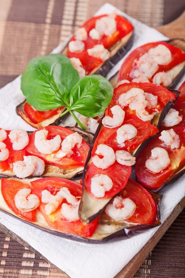 Μελιτζάνες με την ντομάτα και τις γαρίδες στοκ εικόνες