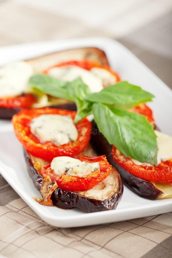 Μελιτζάνες με την ντομάτα και το μπλε τυρί στοκ εικόνες με δικαίωμα ελεύθερης χρήσης