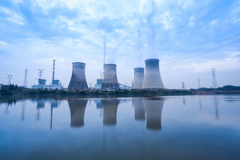 Με κάρβουνο εγκαταστάσεις παραγωγής ενέργειας σε νεφελώδη στοκ εικόνα